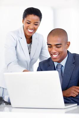 羊毛帽,让,垂直画幅,办公室,留白,笔记本电脑,电子邮件,套装,非裔美国人,男商人