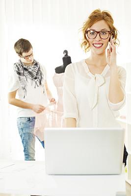 时尚设计师,青年人,垂直画幅,纺织品,绘画插图,忙碌,裁缝,男性,仅成年人