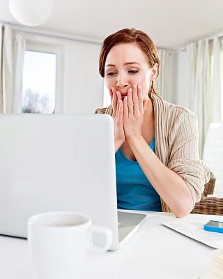 女人,在线聊天,互联网协议电话,垂直画幅,正面视角,半身像,休闲活动,电子邮件,家庭生活,电子商务