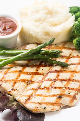 烤制的鸡胸肉,沙茶酱,土豆泥,垂直画幅,格子烤肉,煎鸡肉,无人,膳食,精制土豆,特写