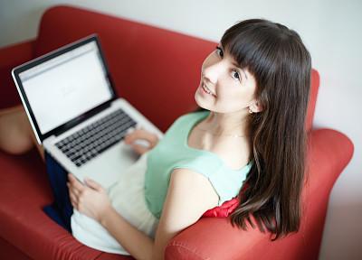 幸福,使用手提电脑,自然美,女孩,休闲活动,电子邮件,电子商务,仅成年人,网上冲浪,沙发