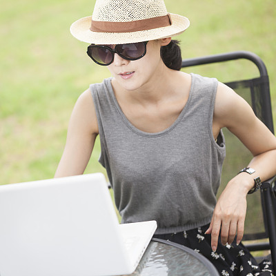女人,户外,使用手提电脑,负责任的企业,夏天,草,仅成年人,青年人,技术,计算机