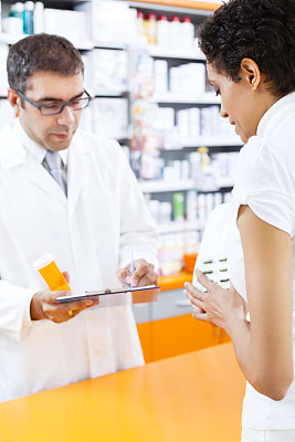 顾客,药房,药剂师,吸塑盒包装,药瓶,药物容器,垂直画幅,商店,文档,男性