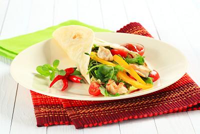 鸡肉卷,三明治包,玉米粉圆饼,黄辣椒,蕃茄碎,水平画幅,纺织品,无人,开胃品,椒类食物