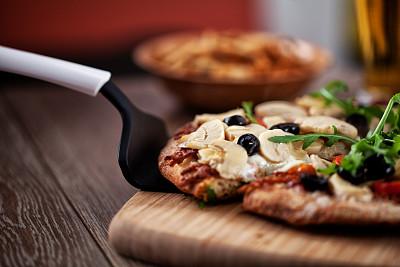 比萨饼,批萨轮刀,马格丽特披萨,纽波利顿冰淇淋,皮塔饼,素食,乡村风格,西红柿,食用菌,意大利食品