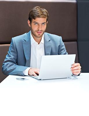 男商人,笔记本电脑,垂直画幅,半身像,电子邮件,商务关系,男性,仅男人,仅成年人,现代