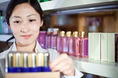 商店,化妆用品,青年女人,水平画幅,顾客,新创企业,仅成年人,工业,青年人,白色