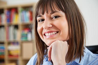 特写,青年女人,办公室,美,水平画幅,注视镜头,美人,衬衫,白人,仅成年人