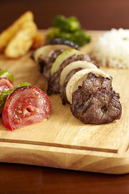 烤肉串,牛肉,薯条,中东食物,餐具,垂直画幅,选择对焦,格子烤肉,无人,椒类食物