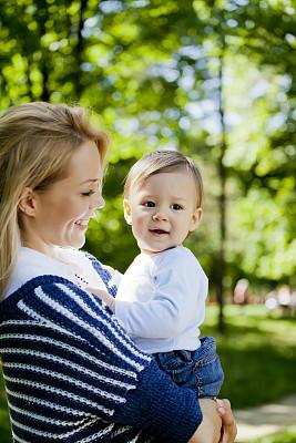 母子,垂直画幅,夏天,青年人,彩色图片,女人,绿色,可爱的,快乐