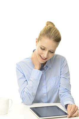 女商人,平板电脑,垂直画幅,留白,电子邮件,仅成年人,网上冲浪,知识,青年人,白色