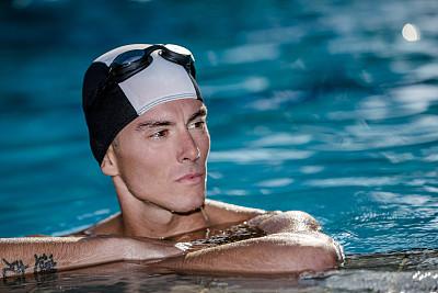 男性,游泳帽,游泳护目镜,水,留白,运动竞赛,休闲活动,健康,夏天,周末活动