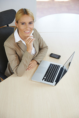笔记本电脑,女商人,垂直画幅,高视角,电子邮件,仅成年人,网上冲浪,青年人,白色,技术