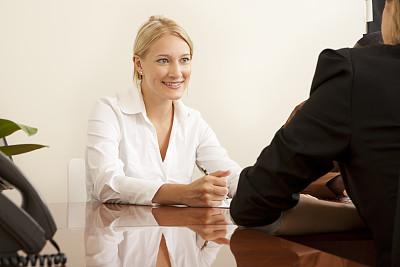 会议,办公室,20到24岁,水平画幅,露齿笑,美人,人,白人,仅成年人,工作面试