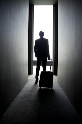 男商人,宾馆客房,轮式行李,垂直画幅,门口,易接近性,走廊,套装,行李,白人