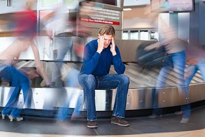 迷路,行李,机场,行李提取厅,头痛,水平画幅,提举,旅行者,白人,男性