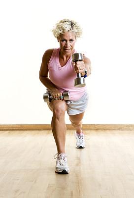 大腿,运动,肱二头肌,肩,有氧运动教师,循环训练法,弓步,短袖,手哑铃,健身课程
