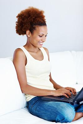 女人,使用手提电脑,垂直画幅,美,笔记本电脑,快乐,人,女孩,沙发,彩色图片