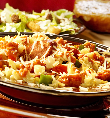 椒类食物,香肠,意大利面,凯萨沙拉,青椒,垂直画幅,留白,奶制品,高视角,食物的样式
