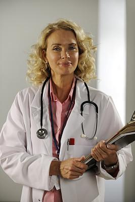 医药职业,垂直画幅,半身像,服务业职位,制服,文档,仅成年人,专业人员,人的脸部,50到59岁