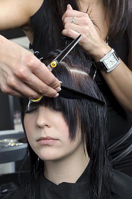 青年女人,发型屋,羊毛帽,剪头发,垂直画幅,正面视角,梳子,顾客,黑发,仅成年人