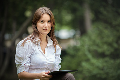 公园,青年人,女商人,使用平板电脑,水平画幅,易接近性,夏天,户外,仅成年人,数字化显示
