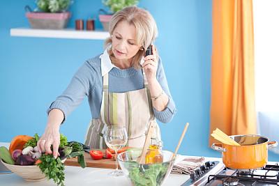 老年女人,美,水平画幅,电话机,膳食,白人,仅成年人,家务,成年的