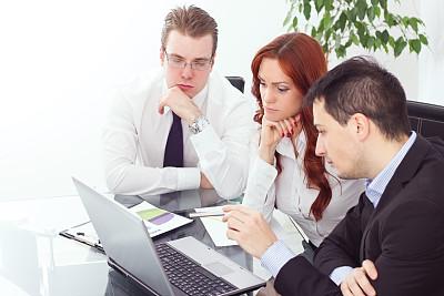 商务,使用手提电脑,外包,电子邮件,忙碌,套装,商务关系,男商人,经理,男性
