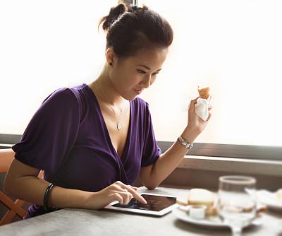 女人,中国人,早餐,餐馆,半身像,早晨,男性,仅成年人,网上冲浪,青年人
