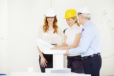 建筑工地,建筑师,建筑模型,正面视角,建筑承包商,套装,男商人,经理,安全帽,男性