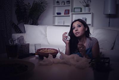 看电视,青年女人,3d眼镜,电视机,电影,褐色,水平画幅,夜晚,仅成年人,长发