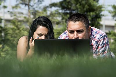 青年人,男人,使用手提电脑,公园,休闲活动,草,仅成年人,自由,网上冲浪,知识