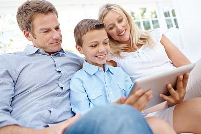 儿子,休闲活动,电子邮件,男性,网上冲浪,沙发,技术,婚姻,触控板,妻子