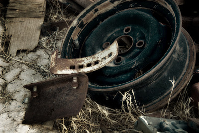 车轮,v型6钢发动机,废金属,垃圾,重的,水平画幅,风化的,无人,户外,干的