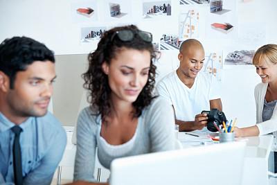 混血儿,团队,电子邮件,非裔美国人,男商人,男性,仅成年人,网上冲浪,青年人,专业人员