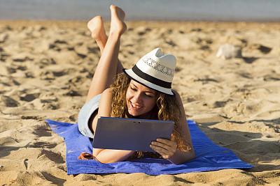 使用平板电脑,海滩,天空,休闲活动,草帽,夏天,仅成年人,青年人,热带气候,技术