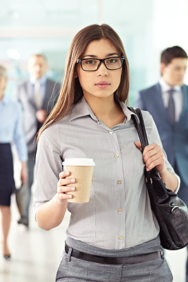 青年人,女商人,垂直画幅,办公室,美,注视镜头,美人,一次性杯子,白人,经理