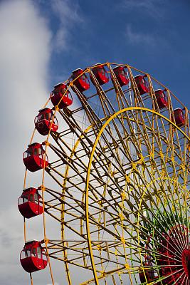 摩天轮,穿插表演,游乐园,垂直画幅,天空,车轮,休闲活动,户外,金属,现代