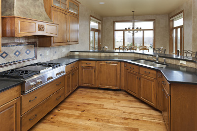 花岗岩,灶台,柜子,硬木,厨房,室内地面,宽的,白灰泥,褐色,新的