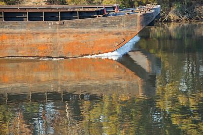 驳船,河流,船首,留白,水平画幅,货运,身体活动,工业,波浪,设备用品