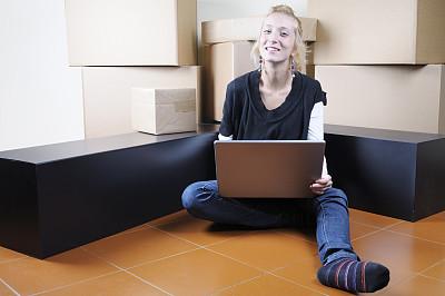 青年女人,修改系列,使用电脑,办公室搬家,青少年,垒起,家庭生活,电子商务,坐在地上,仅成年人