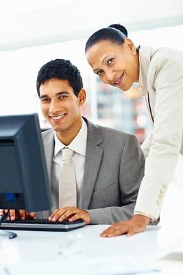 商务,使用电脑,注视镜头,幸福,垂直画幅,套装,男商人,男性,仅成年人,现代