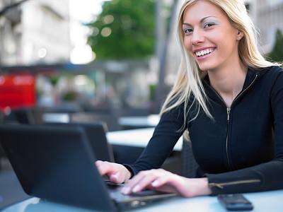 女人,咖啡馆,笔记本电脑,露天咖啡馆,电子邮件,仅成年人,知识,青年人,人的脸部,技术