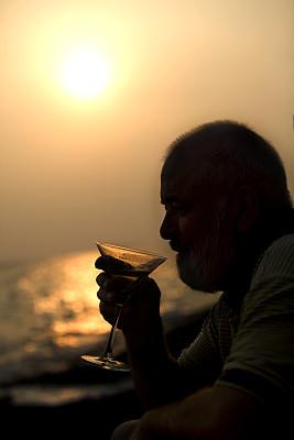 鸡尾酒,马提尼酒杯,垂直画幅,度假胜地,含酒精饮料,饮料,仅男人,仅成年人,海滩,成年的