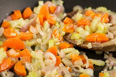 嫩煎食品,胡萝卜,洋葱,芹菜,特写,炒菜锅,葱,饮食,水平画幅,木制