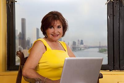 女人,中老年人,使用电脑,银影侠,笔记本电脑,半身像,拉美人和西班牙裔人,水平画幅,电子邮件,美人