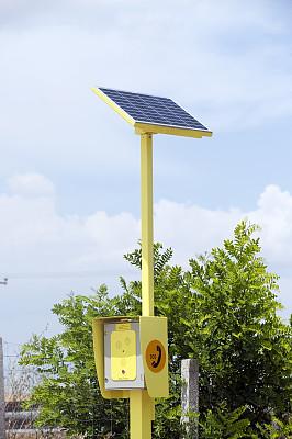 电话机,太阳能设备,紧急呼救信号,硅树脂,垂直画幅,天空,太阳能电池板,多代家庭,形状,能源
