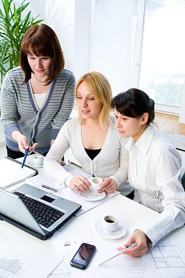 办公室职员,垂直画幅,电子邮件,忙碌,套装,图像,经理,仅成年人,现代,青年人