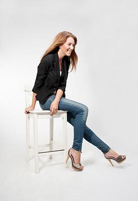 时装模特,吧椅,紧身牛仔裤,椅子,紧身裤,苍白的头发,影棚拍摄,垂直画幅,高跟鞋,不看镜头