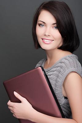 笔记本电脑,青年女人,特写,垂直画幅,美,注视镜头,美人,白人,仅成年人,青年人